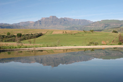 Swimming Pool mit Drakensberg: Inkosana Safari Lodge in Südafrika